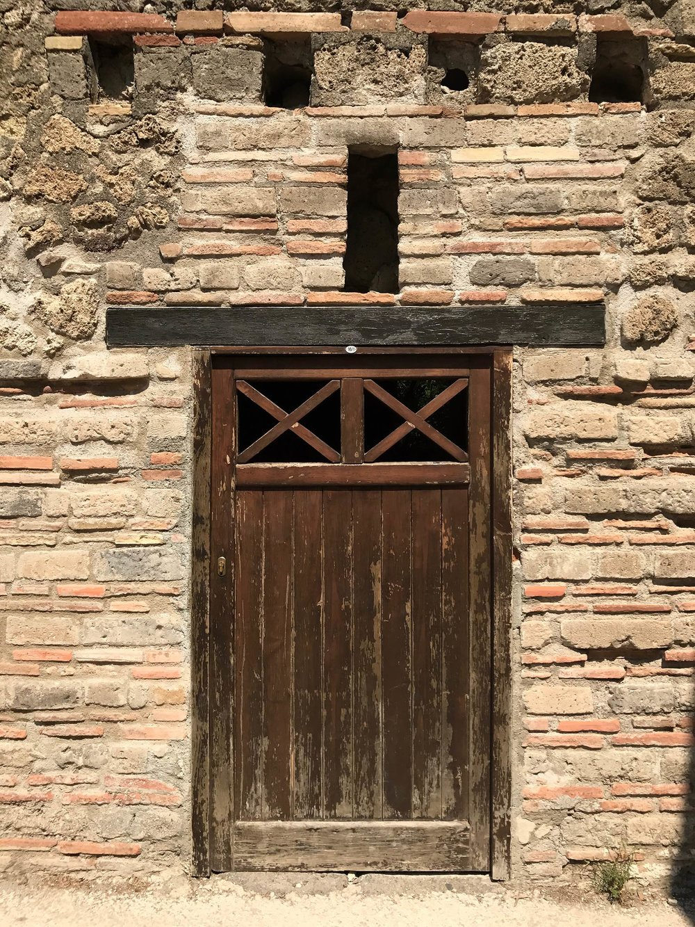 Pompei-gladiator-door.jpg